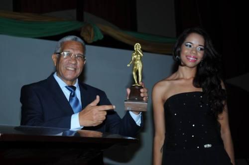 Ike Méndez luciendo la estatuilla dora de los Premios Taíno